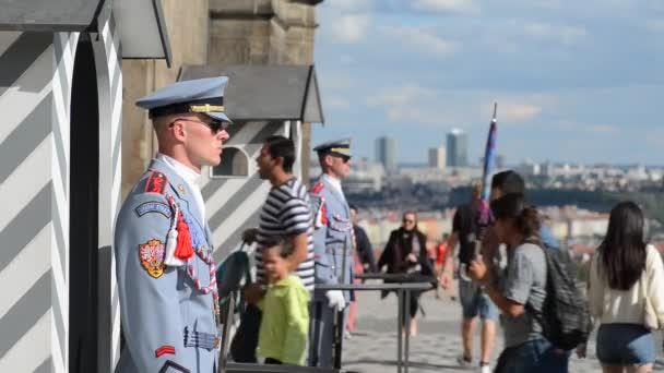 Hradní stráž stojí stráž před Pražský hrad