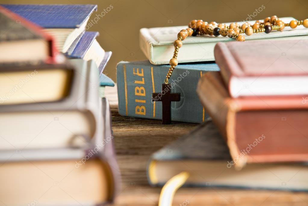 https://st2.depositphotos.com/1182783/5681/i/950/depositphotos_56817887-stockafbeelding-bijbel-in-de-boekenkast.jpg