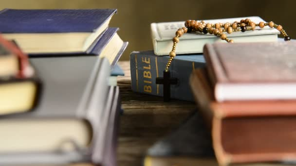 Bible v polici