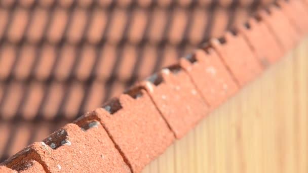 Detail červené střechy