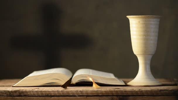 Nyitott Biblia kehely és a határokon