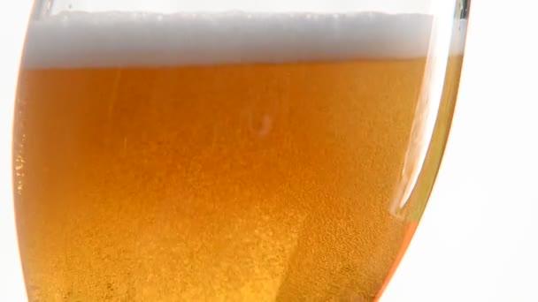 nalil pivo do skla