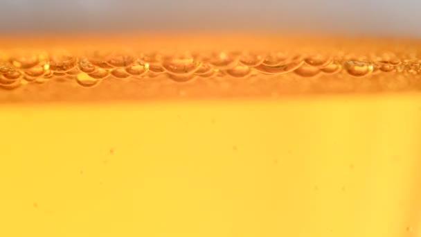 detail sklenice pivní bubliny zvedá