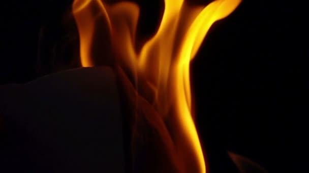 Pomalé vypalování papíru .
