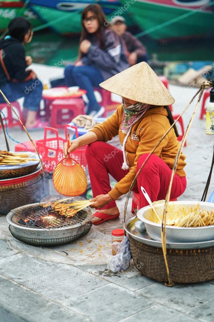 Asian woman cooking chicken paws in street market in Vietnam — Foto ... 558bce1a32e