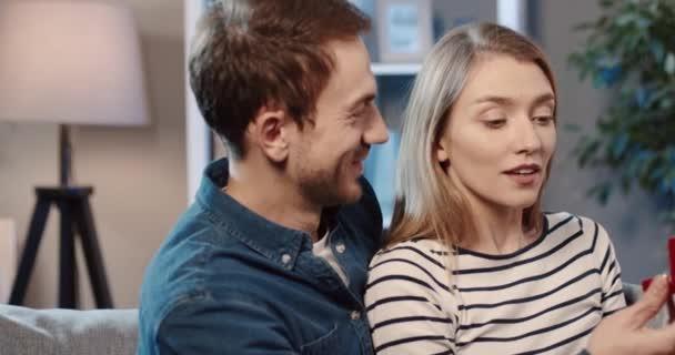 Mladý romantický pár sedí doma na gauči. Žena otevře oči a uvidí krabici se snubním prstenem. Dívka je zmatená a odmítá nabídku.