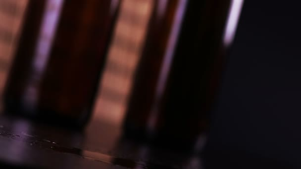 az ember friss sört inni, habbal sör előtt palackok háttér