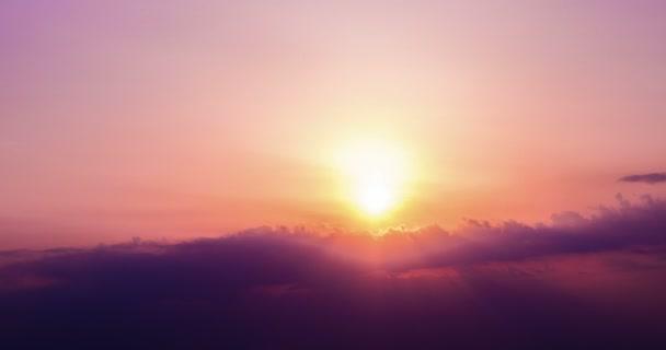 Západ slunce scéna s pádem slunce za mraky v pozadí, časová prodleva snímku