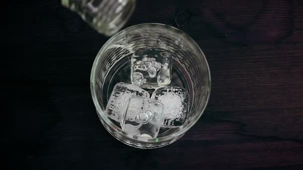 Csapos, fa tábla, nézet tetején az üveg whiskey öntés