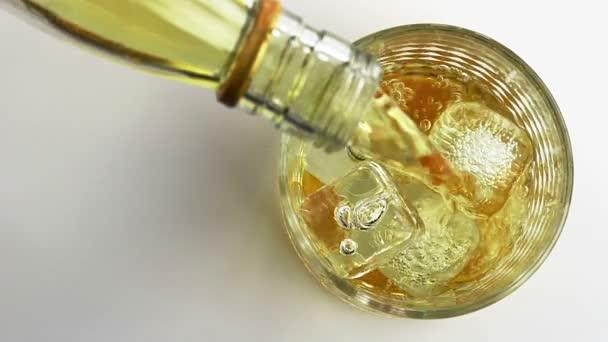 Csapos whiskey ömlött a pohárban, fehér háttér, view top