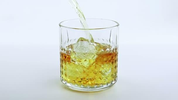 Csapos szakadó whiskey az üveg fehér háttér