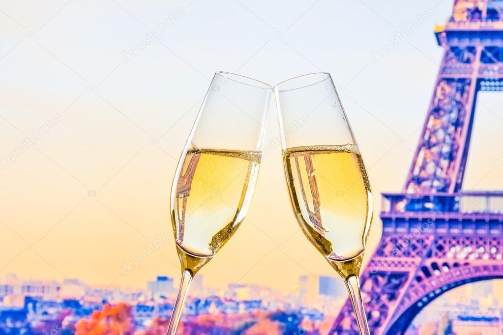 une paire de fl tes champagne avec des bulles d 39 or sur flou fond eiffel tour photographie. Black Bedroom Furniture Sets. Home Design Ideas