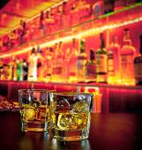 sklenice whisky s ledem na baru stolu láhev whisky na příjemnou atmosféru
