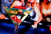 červené kostky v koktejlové sklenici před hazardem tabulka