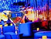 červené kostky v koktejlové sklenici před lounge bar casino