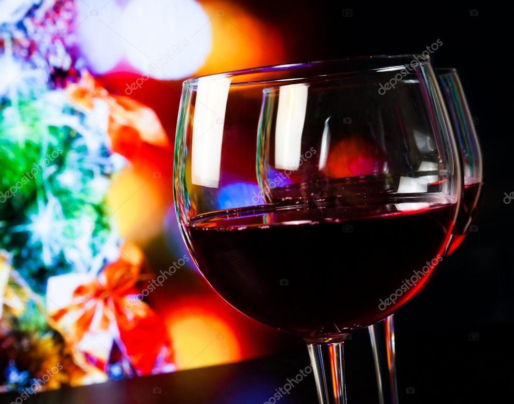 Lichte Rode Wijn : Twee rode wijn glazen op houten tafel tegen kerstboom lichte