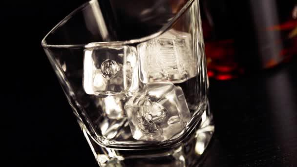 Közelről szakadó whiskey Bárasztal