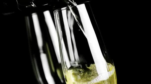 ein Paar Champagnerflöten mit goldenen Blasen