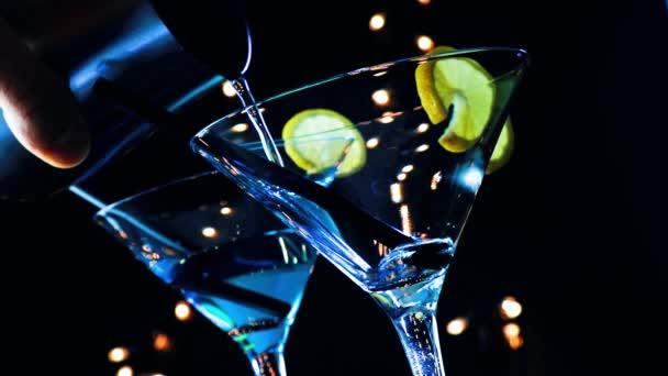 Dolů z pohledu barman odlévání modré koktejlové nápoje na disco bar tabulka