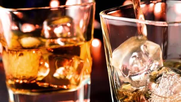 Csapos öntött whiskey Bárasztal