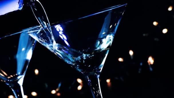 Barmann gießt Cocktail-Drink auf den Tisch einer Disco-Bar