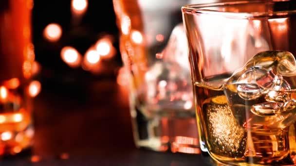 Öntött whisky bár asztal mellett palackok meleg légkört