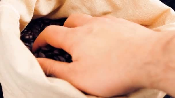 Man Erwachsenen Hand halten Kaffeebohnen in einen Sack von Leinwand, Vintage-Stil