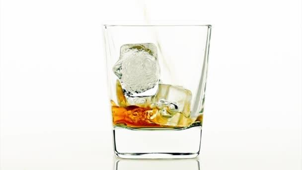 Csapos szakadó whiskey-fehér háttér, whisky pihenni idő
