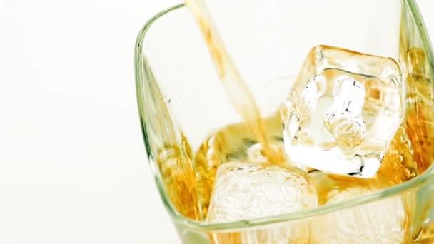 Szakadó whiskey, fehér háttér, whisky pihenni idő fogalma
