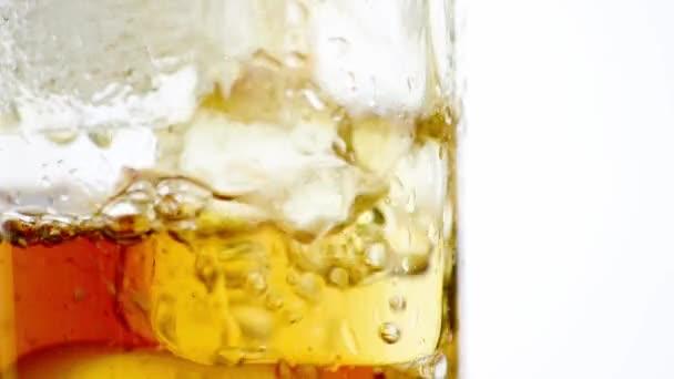 Friss szénsavas koksz a pohárban jéggel, zár-megjelöl kilátás-fehér