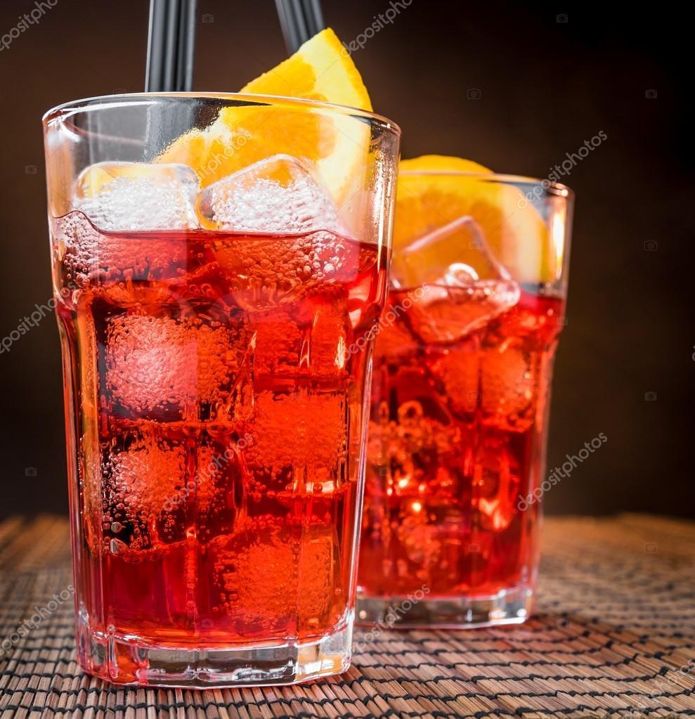 Lo spritz bicchieri da cocktail aperitivo aperol con for Bicchieri aperol spritz