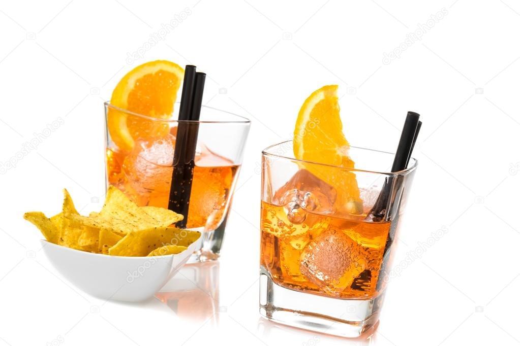 zwei gl ser spritz aperitif aperol cocktail mit orange scheiben und eisw rfel in der n he von. Black Bedroom Furniture Sets. Home Design Ideas