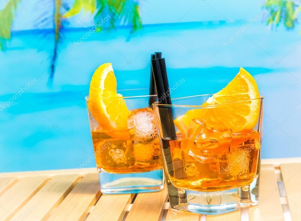 Zwei gl ser spritz aperitif aperol cocktail mit orange for Bicchieri aperol spritz