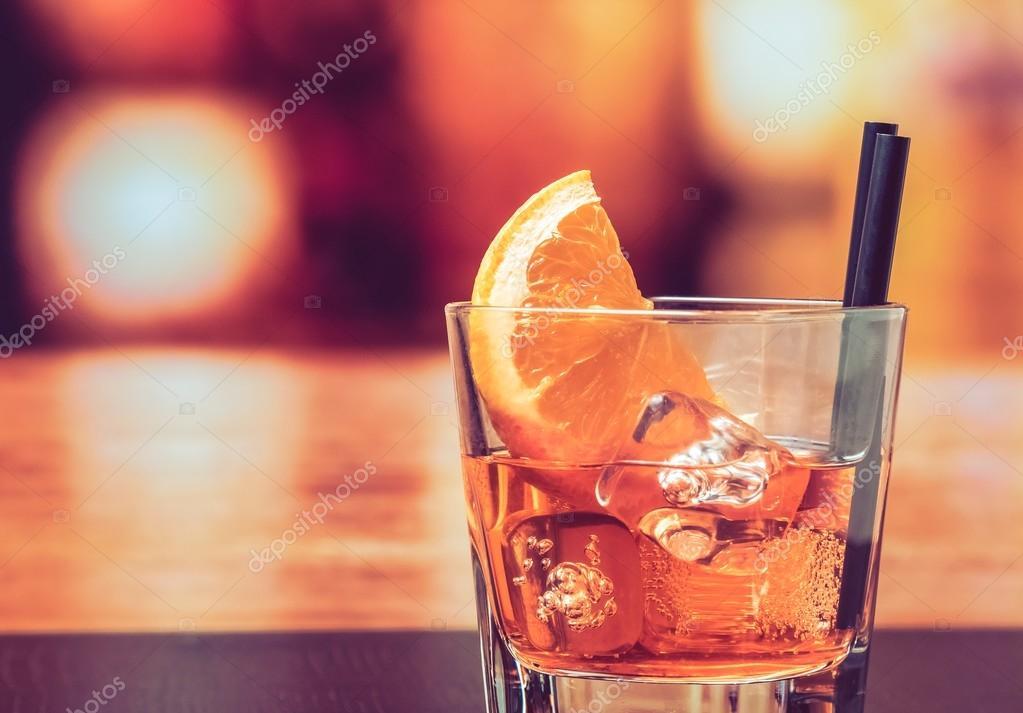 Bicchiere di spritz aperol aperitivo cocktail con fette d for Bicchiere da spritz