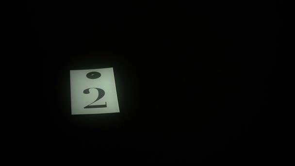 člověk hraje karty s číslem na černém stole, lehké na číslo, blahopřání šťastný nový rok, 2016