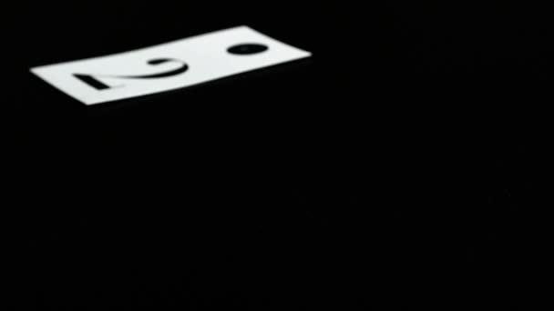 člověk hraje karty s číslem na černém stole, šťastný nový rok 2016
