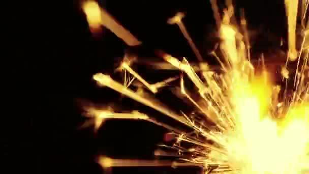 Man leuchtet Wunderkerzenfeuerwerk Brennen auf schwarzem Hintergrund, herzlichen Glückwunsch, Grüße, Party, frohes neues Jahr, Weihnachtsfeier