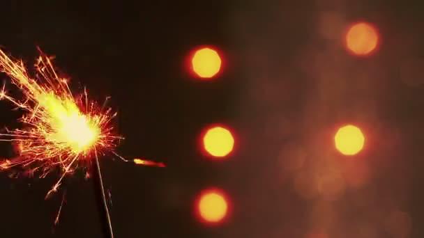 Feuerwerk-Wunderkerze Brennen auf hellem Hintergrund Bokeh ...