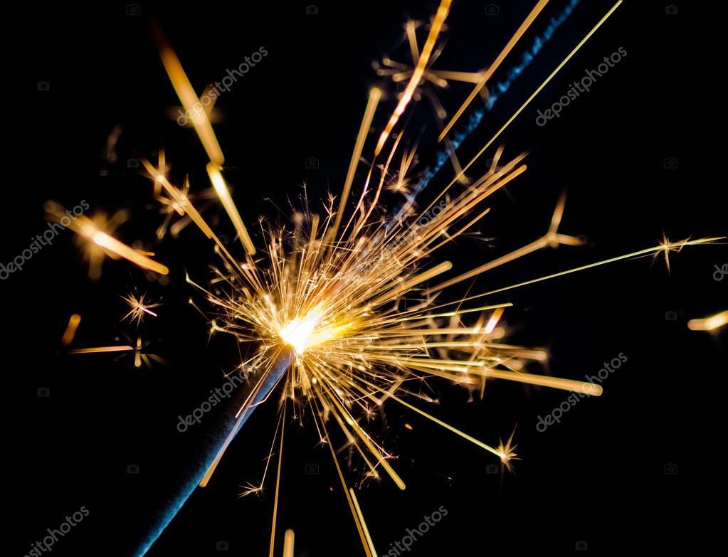 Feuerwerk-Wunderkerze Brennen auf schwarzem Hintergrund, Glückwunsch ...