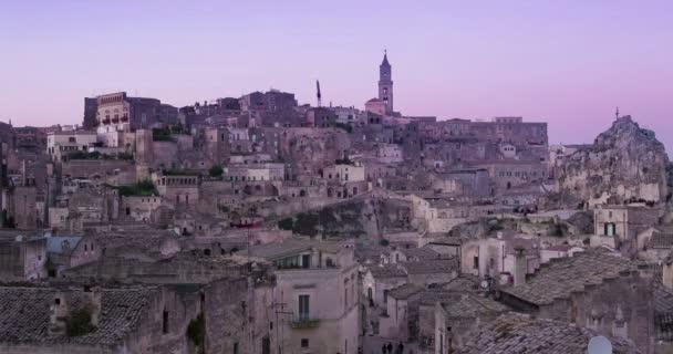 panoramatický pohled typické kamenů a kostel Matera za západu slunce obloha časová prodleva