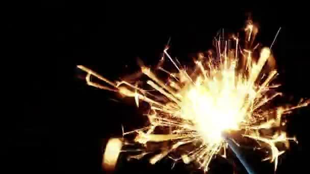 Wunderkerzenfeuerwerk Brennen auf einem schwarzen Hintergrund, Glückwünsche, Grüße, Party, frohes neues Jahr