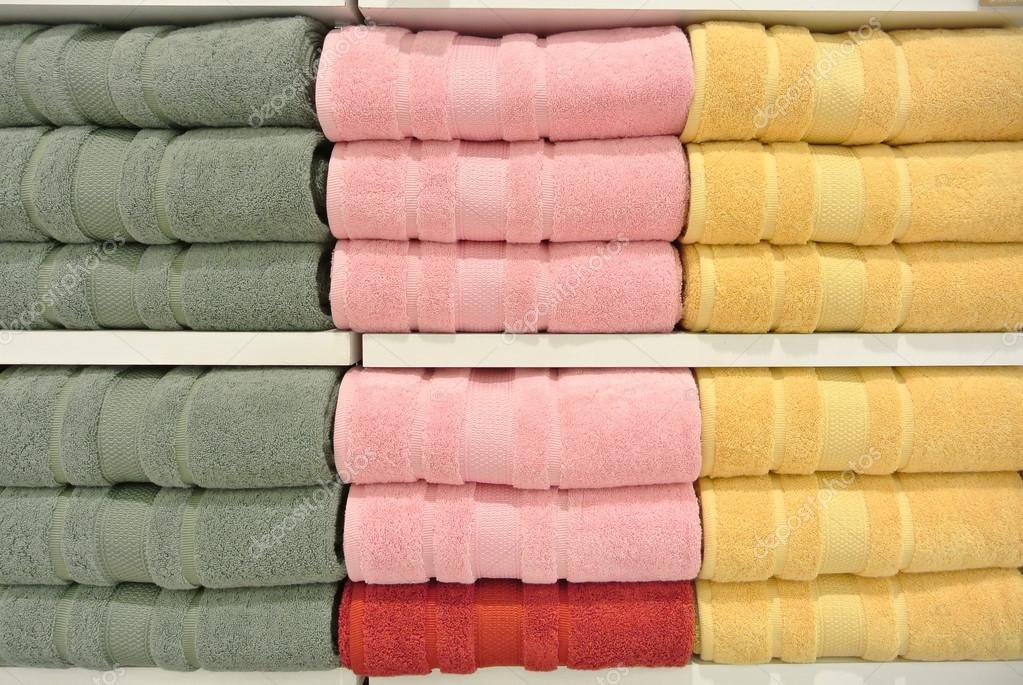 Stapel handdoeken in de kast u stockfoto thampapon