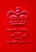 Fotografie Die Queen Elizabeth Royal Crest auf einem roten Uk Post Box