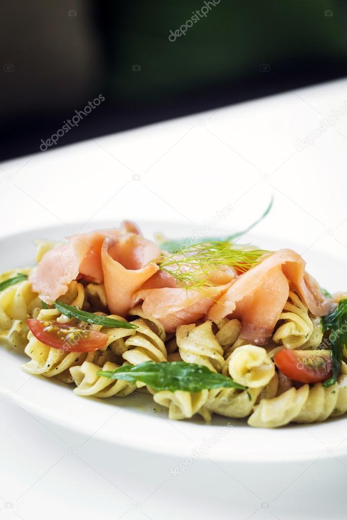 Fume Saumon Salade De Pates Fraiches Bio Tomate Et Basilic