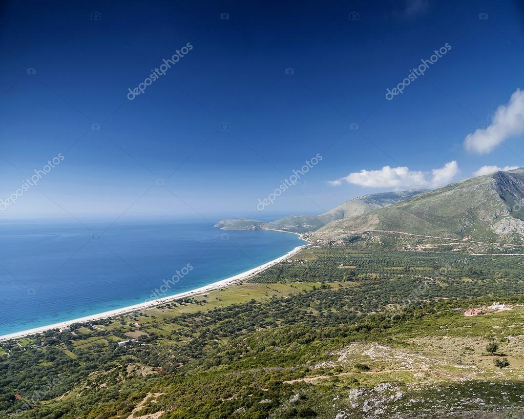 Pláž a hory pohled pobřeží Jónského moře Jižní Albánie– stock obrázky adc0b84b25