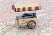 Fotografie Vintage-Eiswagen über Karte