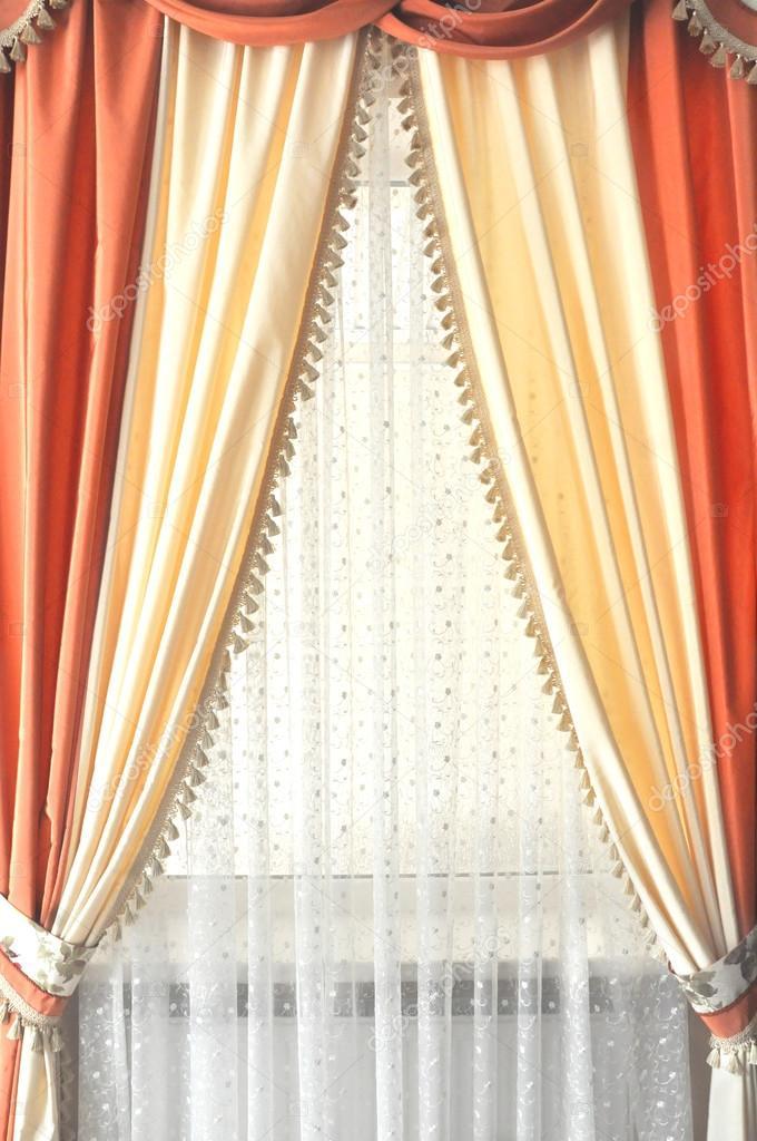 Ventana con cortinas blancas amarillas y naranja foto for Cortinas blancas