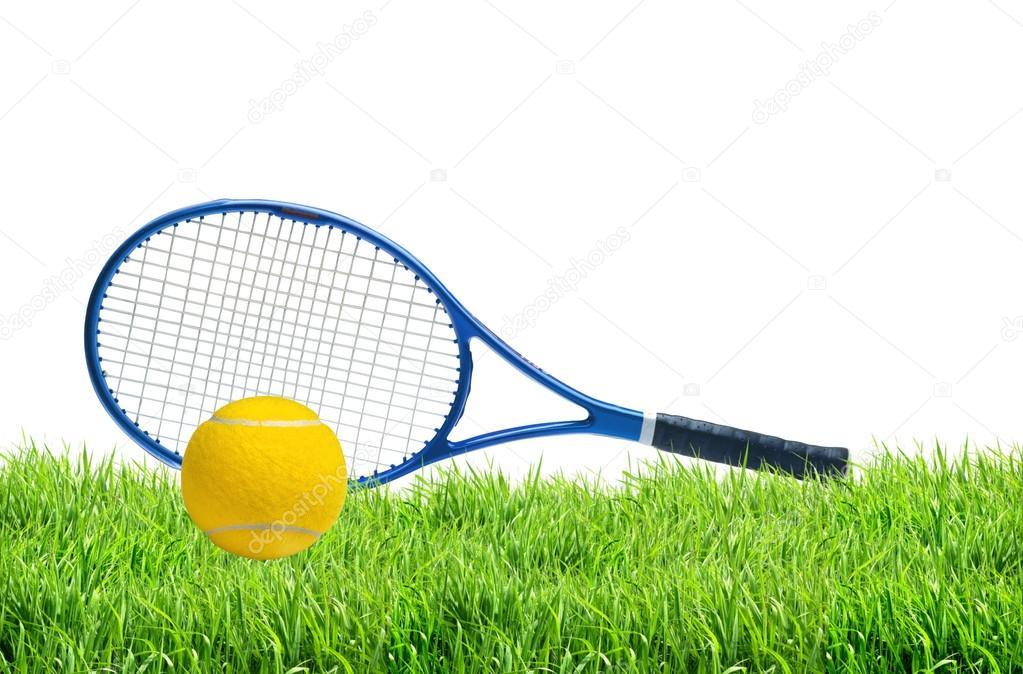 67c5a461a9c17 Raquette de tennis bleu et balle de tennis jaune sur fond blanc vert herbe  isolé — Image de pukach2012