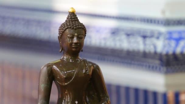 Zblízka Tvář Buddhy socha s rukou sypat vodu na obrázek Buddhy.Songkran nejslavnější festival Thajska.