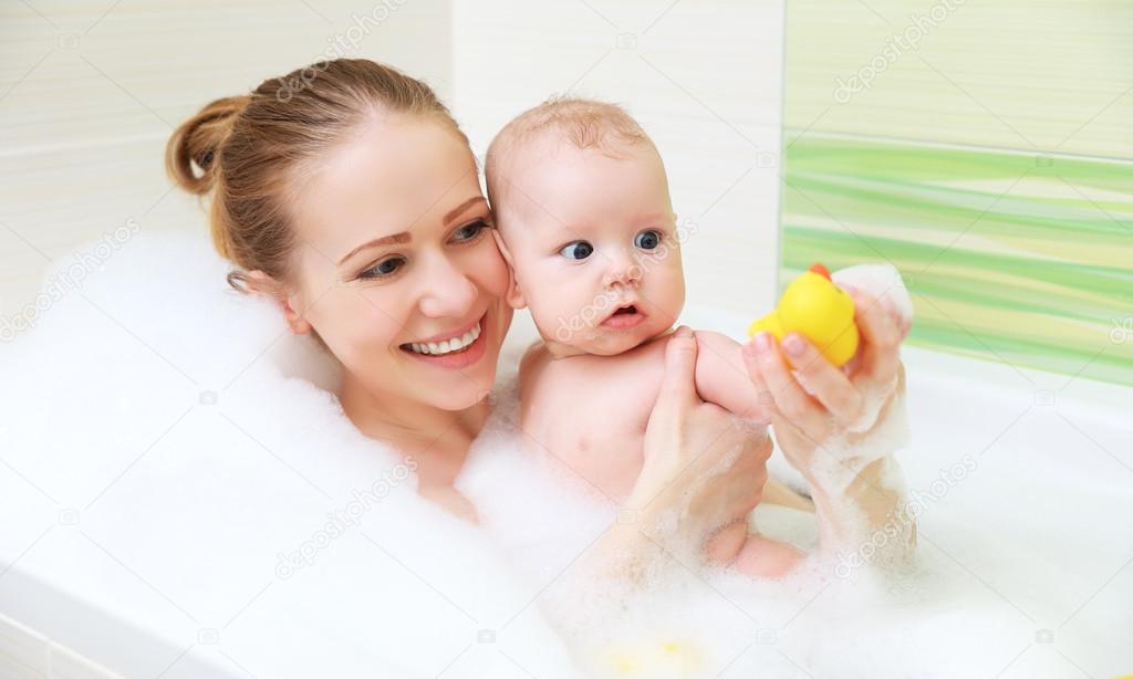 Fare il bagno in vasca con schiuma madre bambino insieme - In bagno con mamma ...